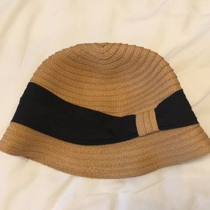 Tan weaved bucket hat with navy blue fabric band!